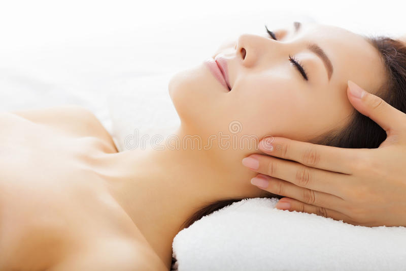 Massage de visage pour la femme dans la station thermale photo stock