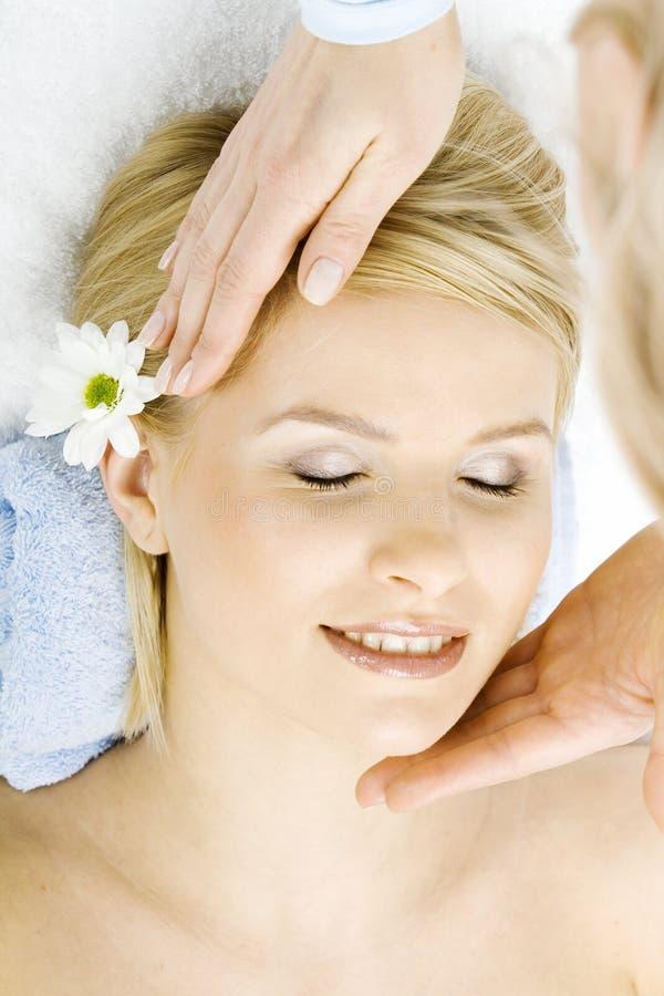 Massage de visage pour la femme dans la station thermale image libre de droits