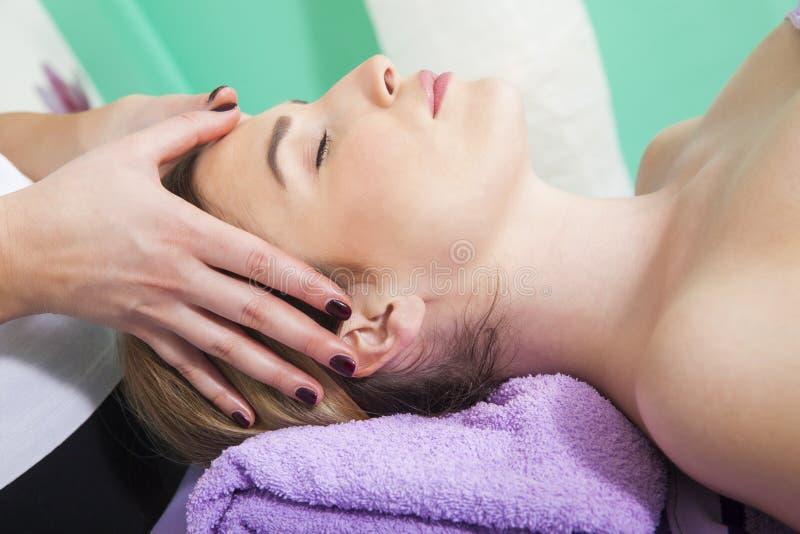 Massage de visage professionnel photographie stock libre de droits