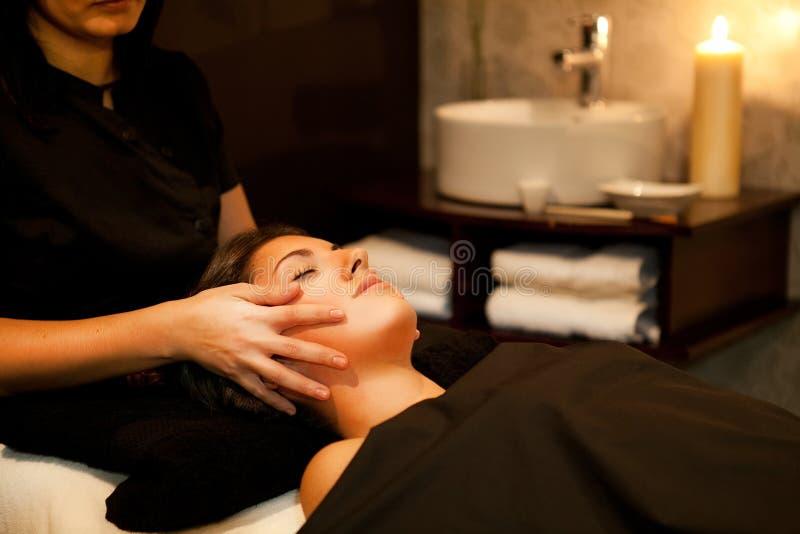 Massage de visage. Traitement de station thermale. images libres de droits
