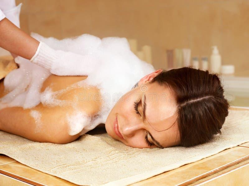 Massage der Frau im Schönheitsbadekurort. lizenzfreies stockfoto