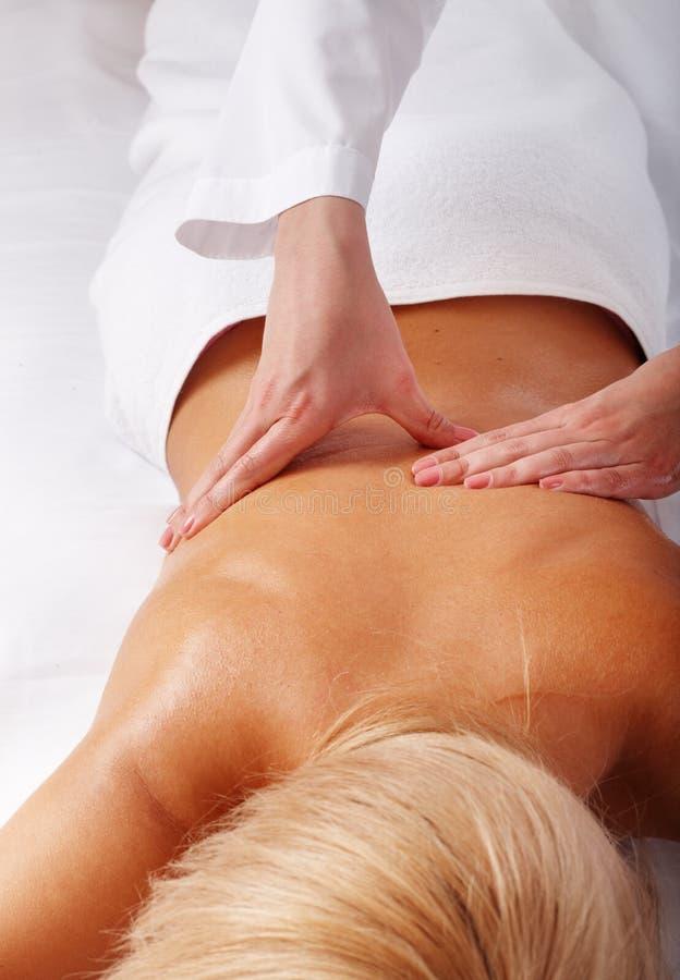 Massage der Rückseite. Badekurortschönheit. stockfotos