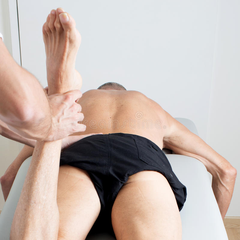 Massage des Beines stockbild