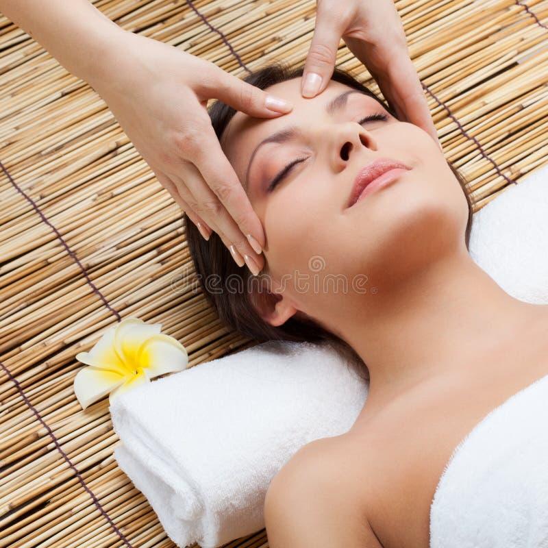 Massage des Gesichtes stockbilder