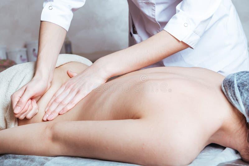 Massage des mains de femmes au Spa image libre de droits