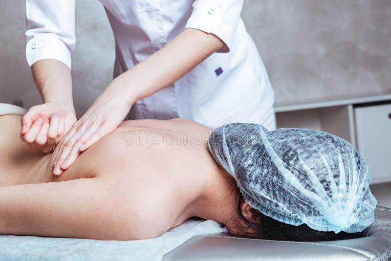 Massage des mains de femmes au Spa image stock