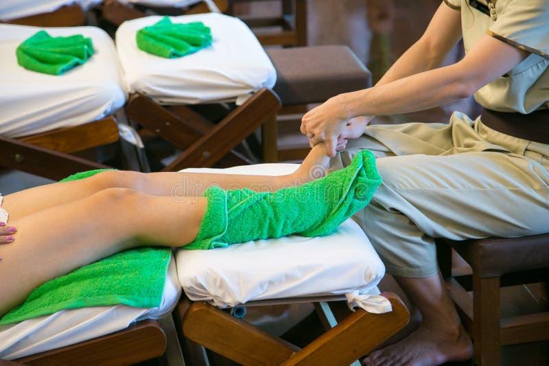 Massage des menschlichen Fußes im Badekurortsalon - Weichzeichnungsbild stockfoto