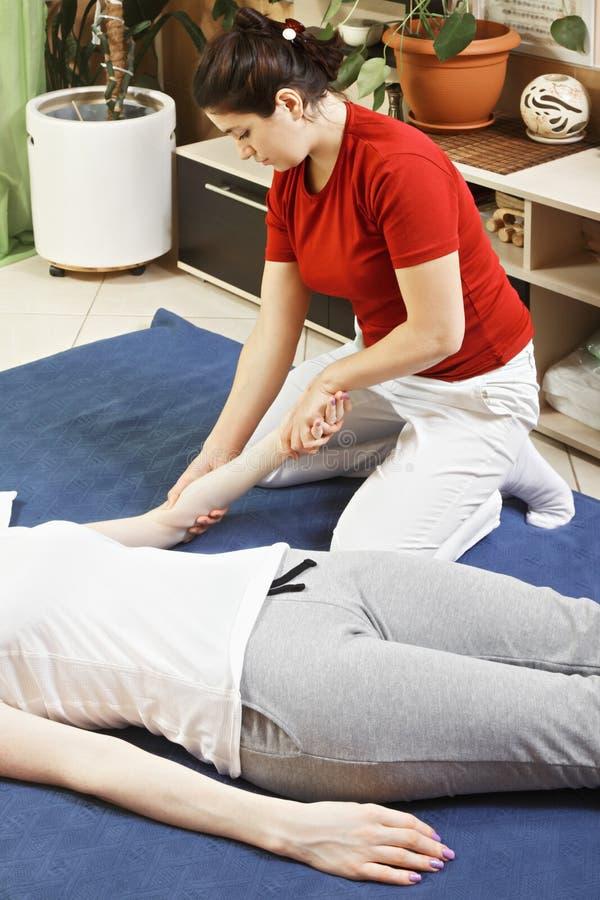 Massage du bras photo stock