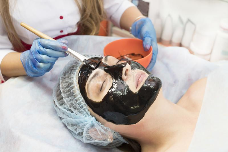Massage en gezichtsschillen bij de salon stock foto