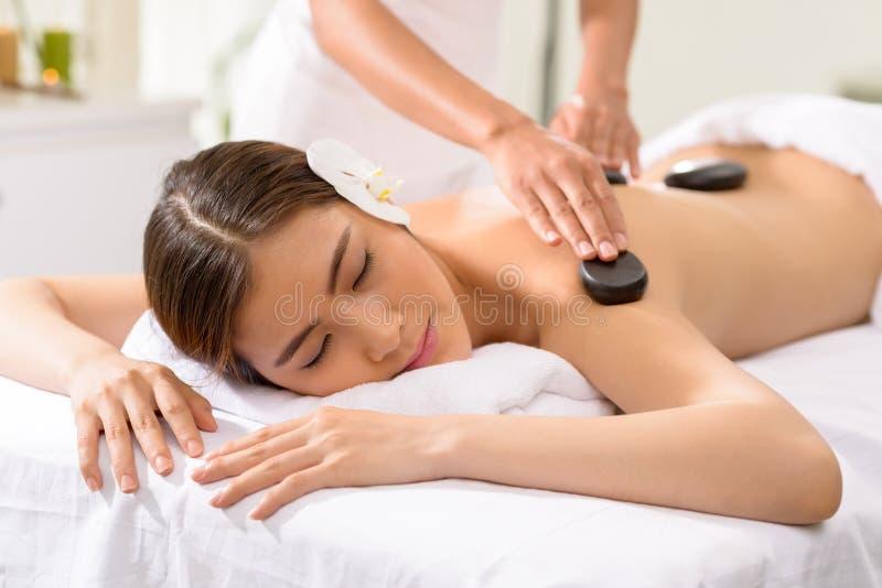 Massage en pierre photo libre de droits