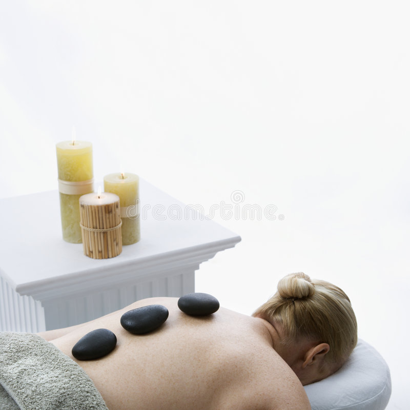 Massage en pierre chaud. photo stock