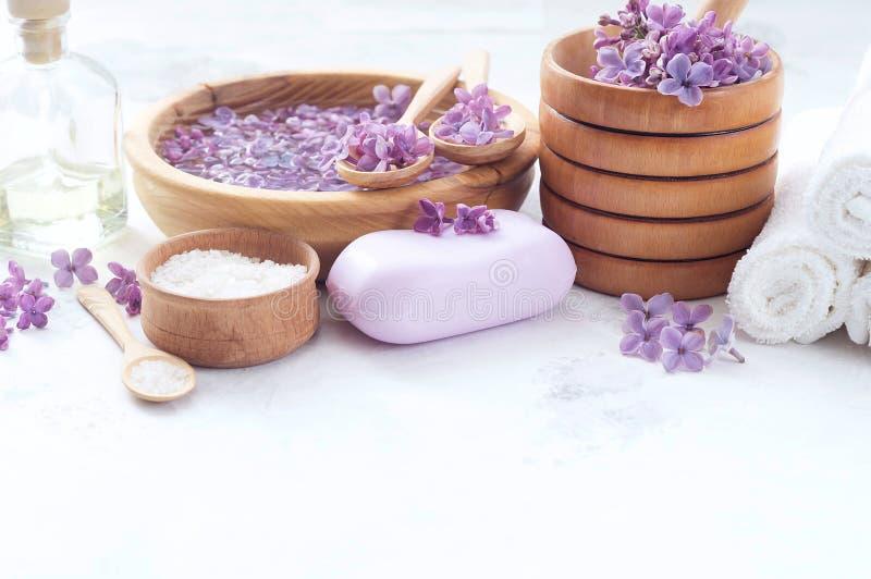 Massage et produits de station thermale avec les fleurs lilas images libres de droits