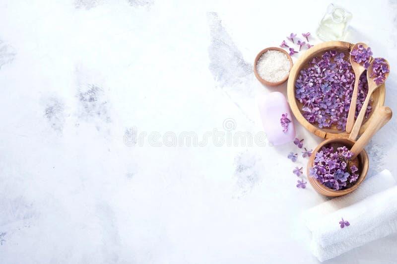 Massage et produits de station thermale avec les fleurs lilas photos libres de droits