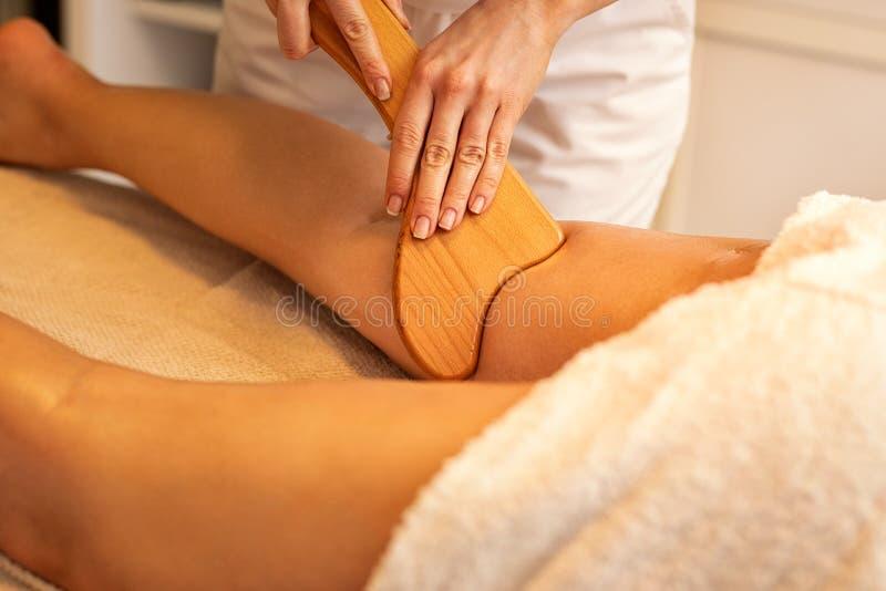 massage för Anti--cellulite Madero terapi som göras med det special planlagda trähjälpmedlet arkivbilder