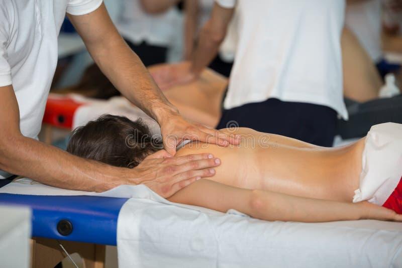 Massage för baksida för idrottsman nen` s efter konditionaktivitet: Wellness och sport royaltyfri fotografi