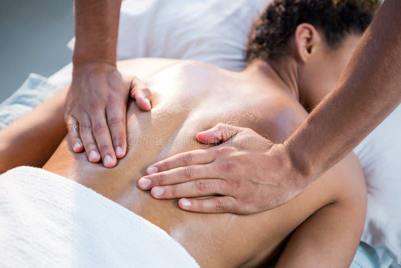 Massage för kvinnahäleribaksida från fysioterapeut royaltyfri foto