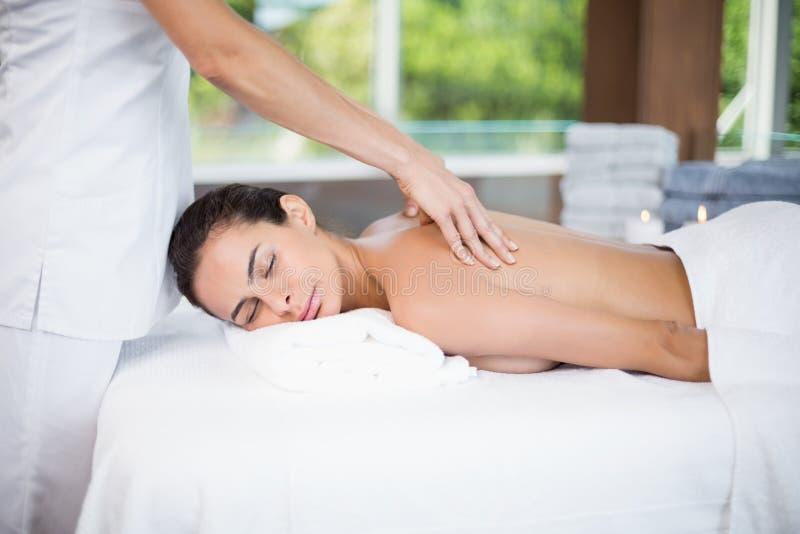 Massage för kvinnahäleribaksida från kvinnlig massör royaltyfria foton