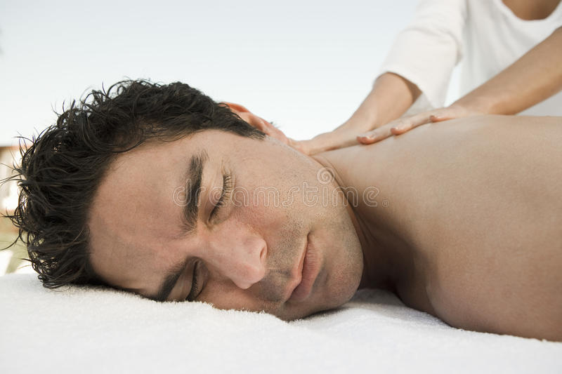 Massage för manhäleribaksida royaltyfria foton