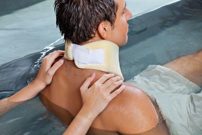 Massage för manhäleribaksida arkivbilder