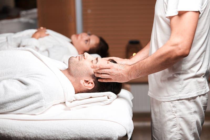 Massage för manhäleribaksida från massör i brunnsort royaltyfri fotografi