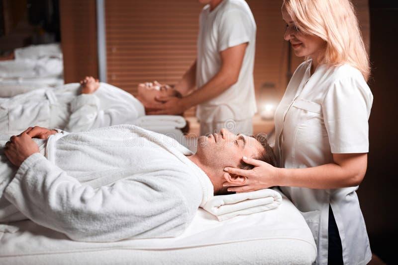 Massage för manhäleribaksida från massör i brunnsort royaltyfria bilder