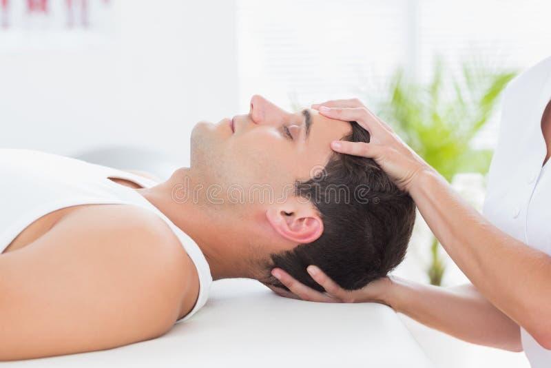 Massage för manhälerihuvud royaltyfri foto