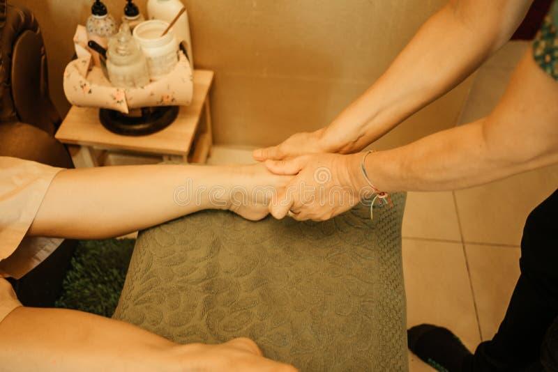 Massage för massagebakgrundskropp i den uttryckliga unga kvinnan för brunnsortsalong fotografering för bildbyråer