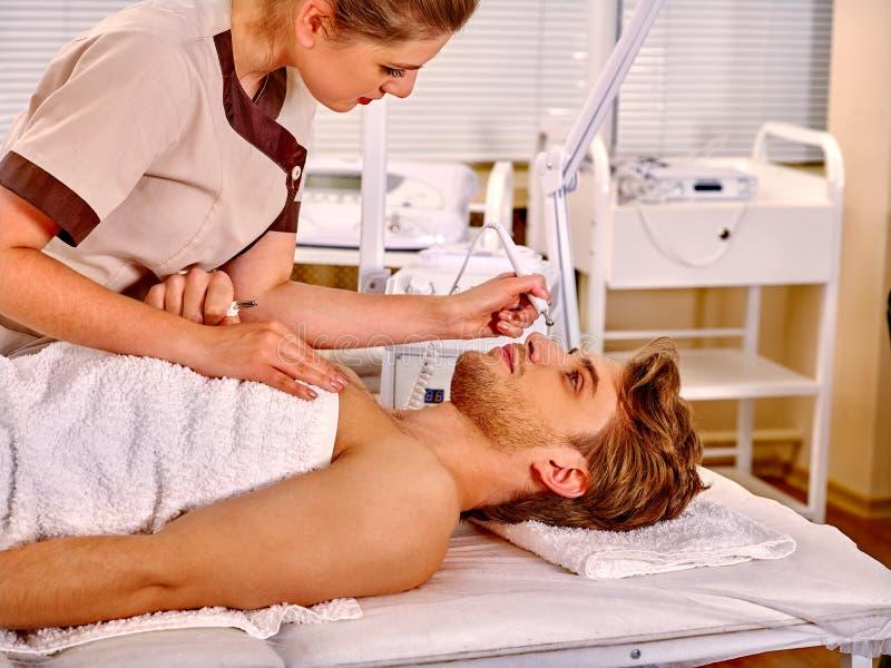 Massage för skalning för manhäleri elektrisk ansikts- arkivfoto