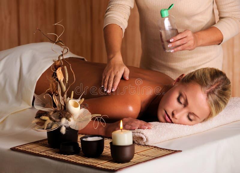 Massage für junge Schönheitsfrau stockfotos