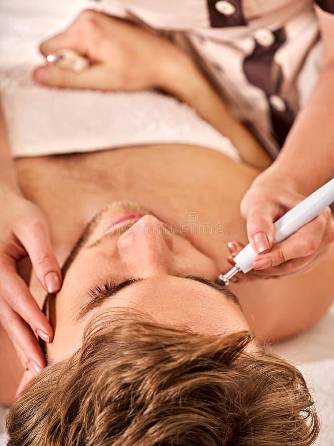 Massage facial au salon de beauté Soins de la peau électriques d'homme de stimulation photo libre de droits
