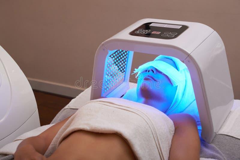 Massage facial léger de LED image stock