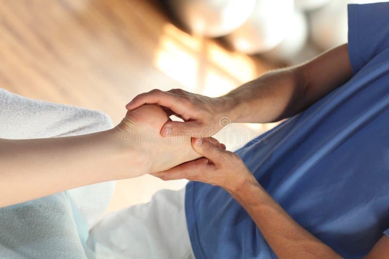 Massage femelle de pied - haut proche image stock