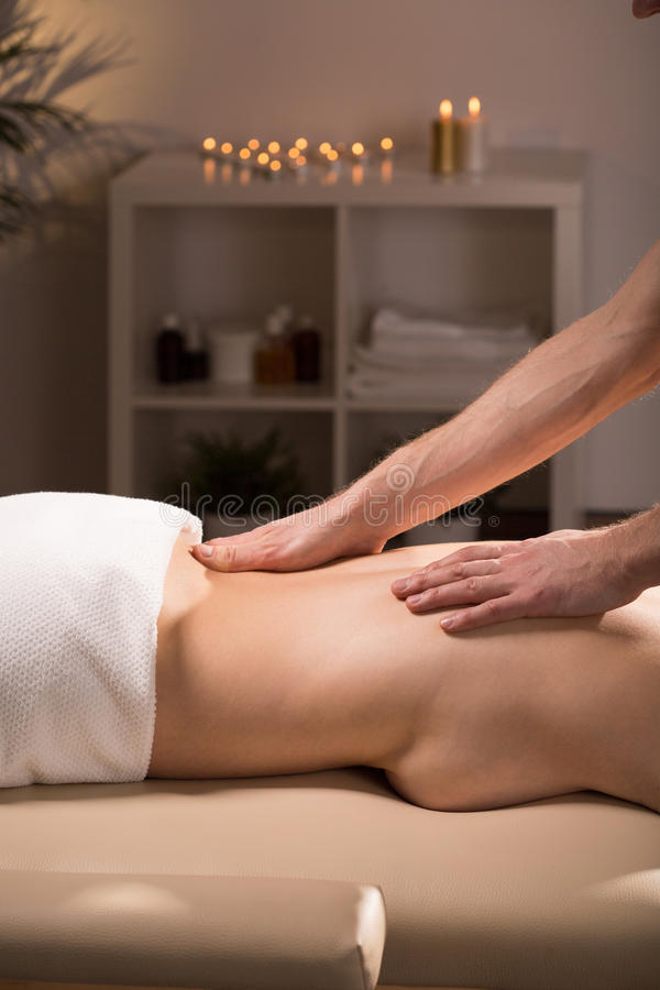 Massage i brunnsort arkivfoto