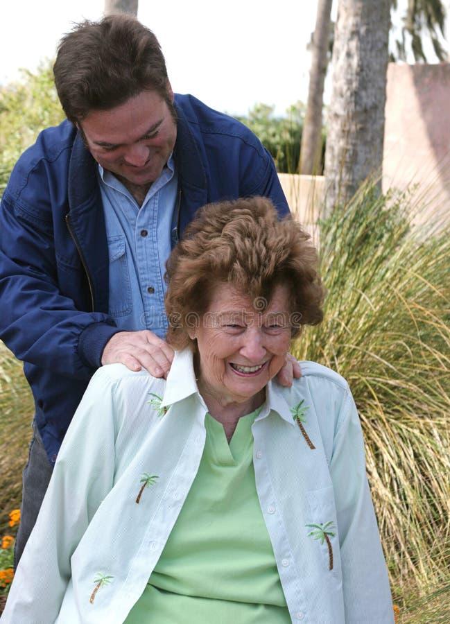Massage im Garten lizenzfreie stockfotografie