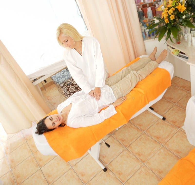 Massage im Schönheits-Salon lizenzfreies stockbild