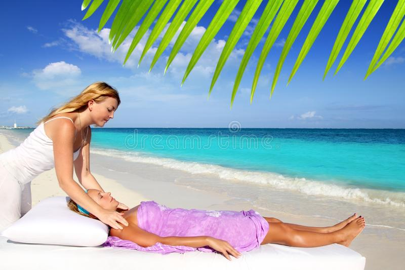Massage maya de reiki dans le femme des Caraïbes de plage images libres de droits