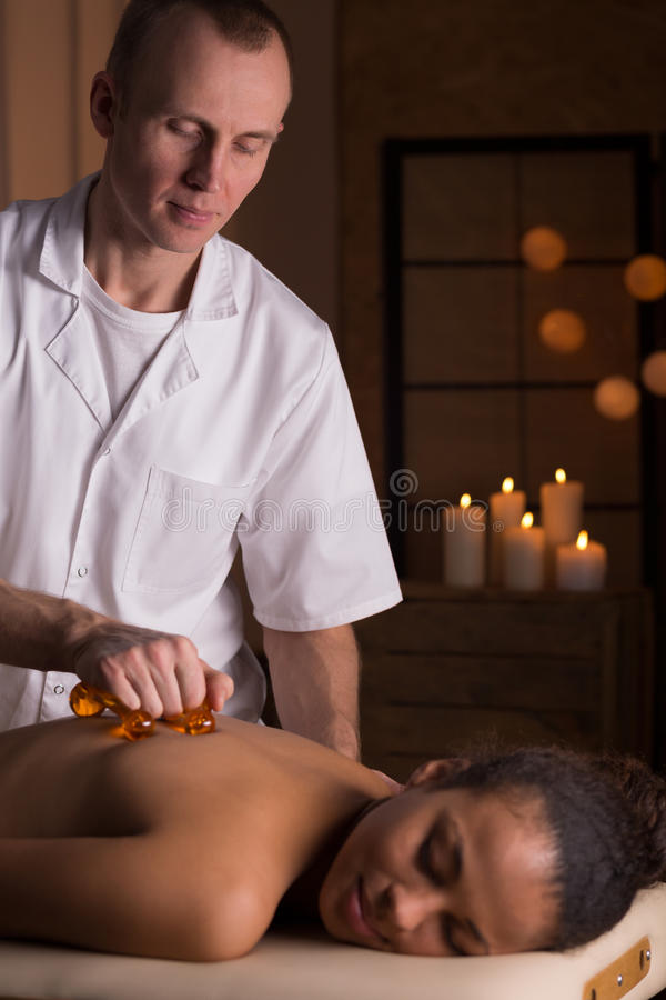 Massage med massageutrustning royaltyfri foto