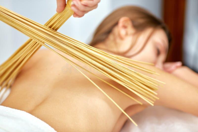 Massage met bamboestokken royalty-vrije stock foto's