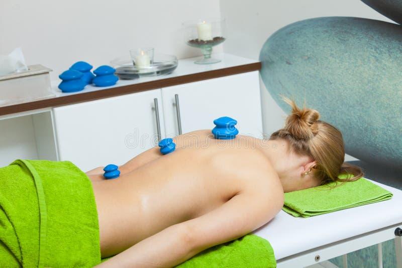 Massage met het tot een kom vormen van glas in schoonheidsspecialist stock foto