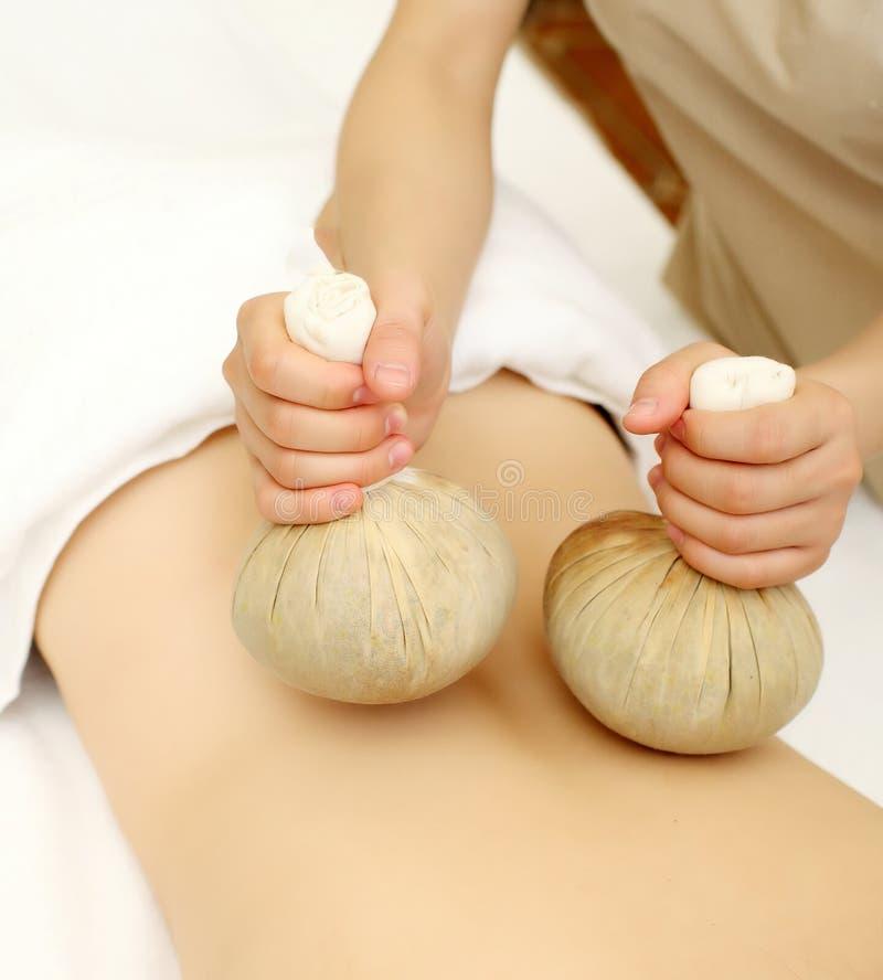 Massage met Kruidenballen royalty-vrije stock afbeeldingen