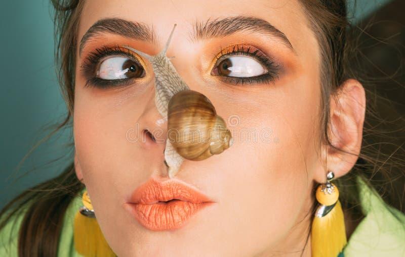 Massage met slak Skincare het herstellen Helend slijm Het hebben van pret met aanbiddelijke slak Schoonheidsmiddelen en slakslijm royalty-vrije stock foto's