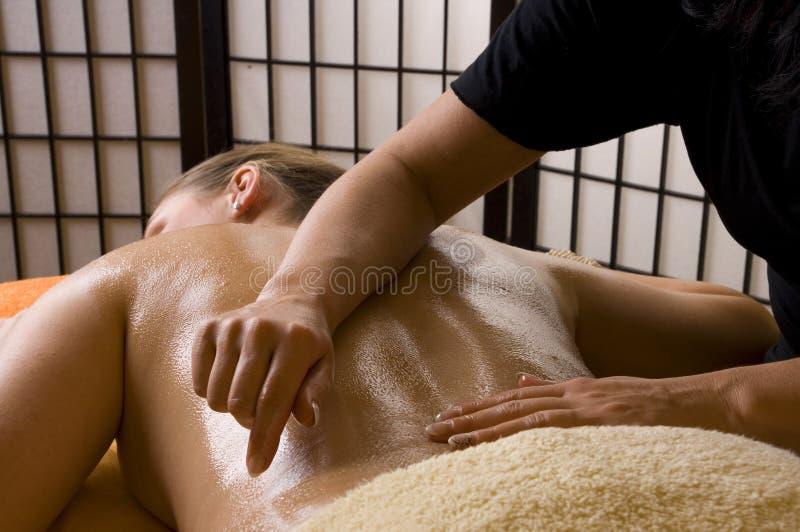 Massage mit Wellneßschmieröl lizenzfreie stockfotos