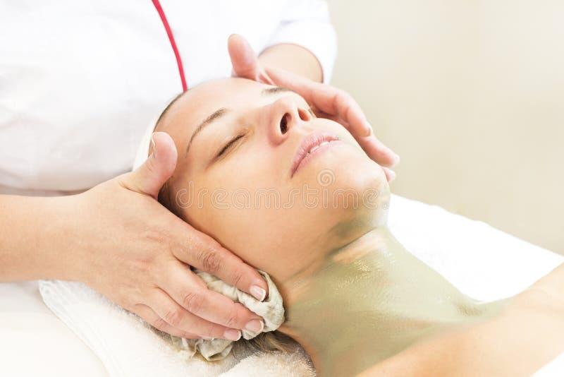 Massage- och ansiktsbehandlingpeels på salongen royaltyfri fotografi