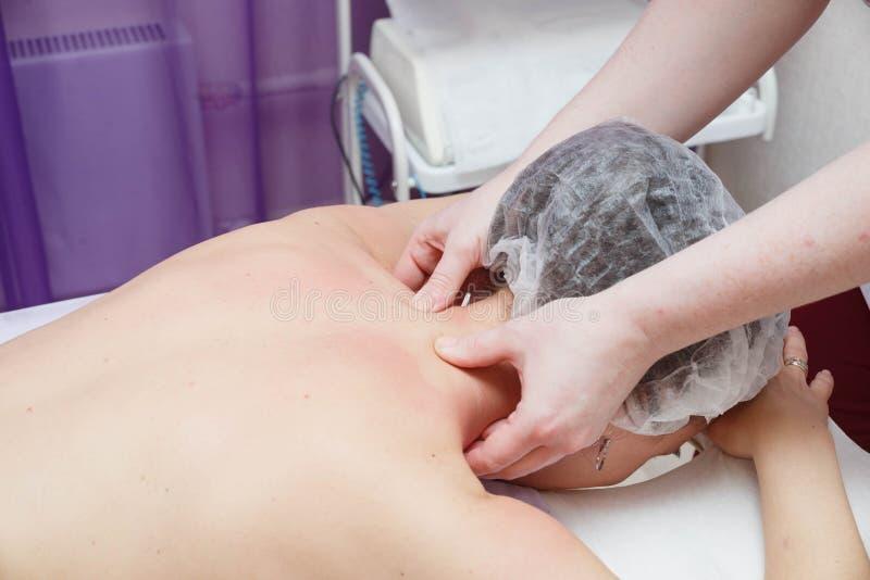 Massage på problemområden för att banta och att forma för kropp arkivbild