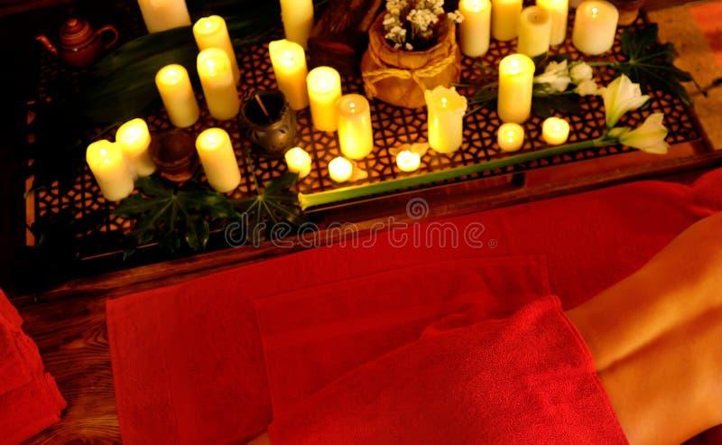 Massage philippin de femme dans le salon de station thermale Fille sur le fond de bougies photos libres de droits