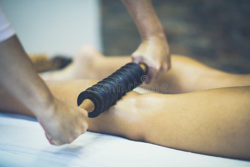 Massage pour de belles jambes photos libres de droits