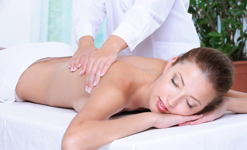Massage pour la belle jolie fille photographie stock