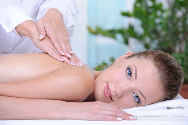 Massage pour la jeune femme dans le salon de station thermale photos stock