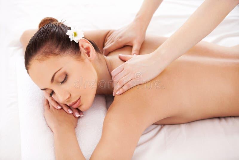 Massage pour les muscles fatigués. photographie stock libre de droits