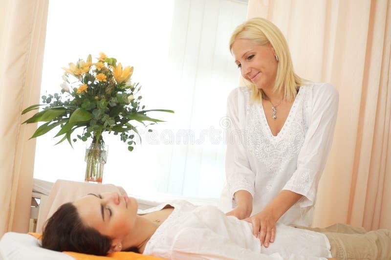 Massage in schoonheidssalon stock fotografie